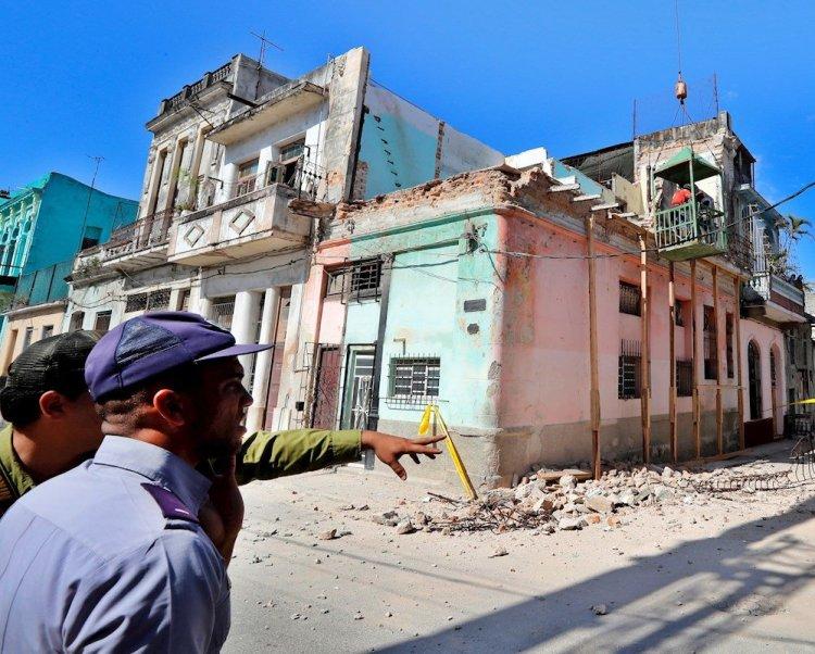 Tres niñas de 11 y 12 años murieron al desprenderse el balcón de un edificio en La Habana Vieja. Foto: Ernesto Mastrascusa/EFE.