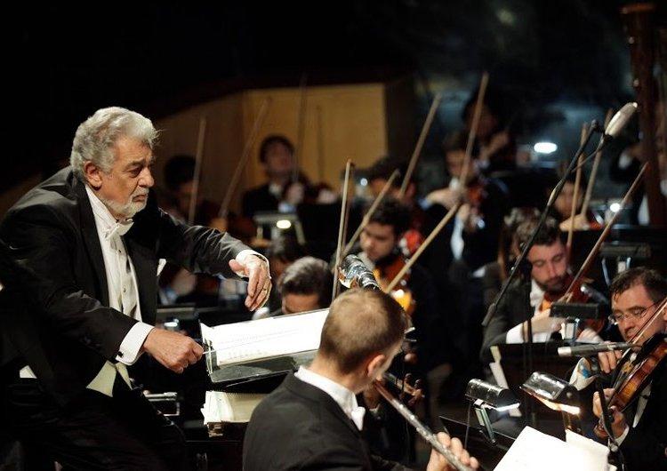 Domingo dirigiendo la orquesta en una de las Operalias. Foto: Europress.