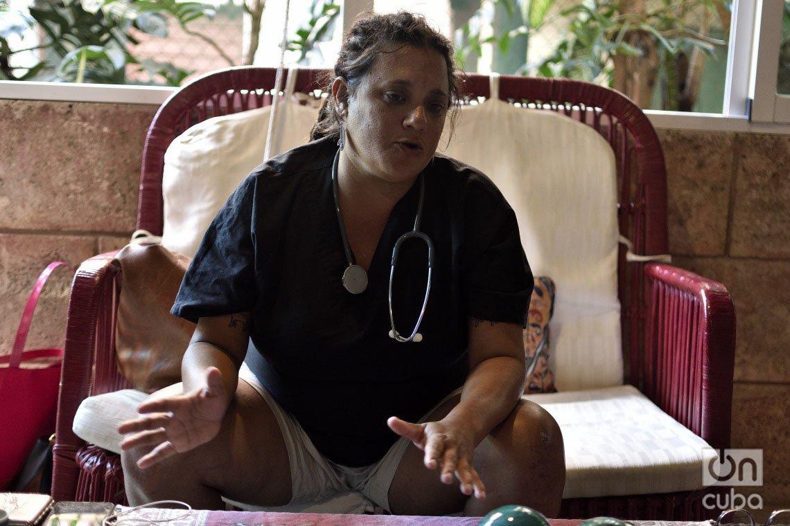 Aunque era ingeniera, Yoanne Lisbet Valdés decidió estudiar medicina veterinaria para ayudar a los animales. Foto: Otmaro Rodríguez.