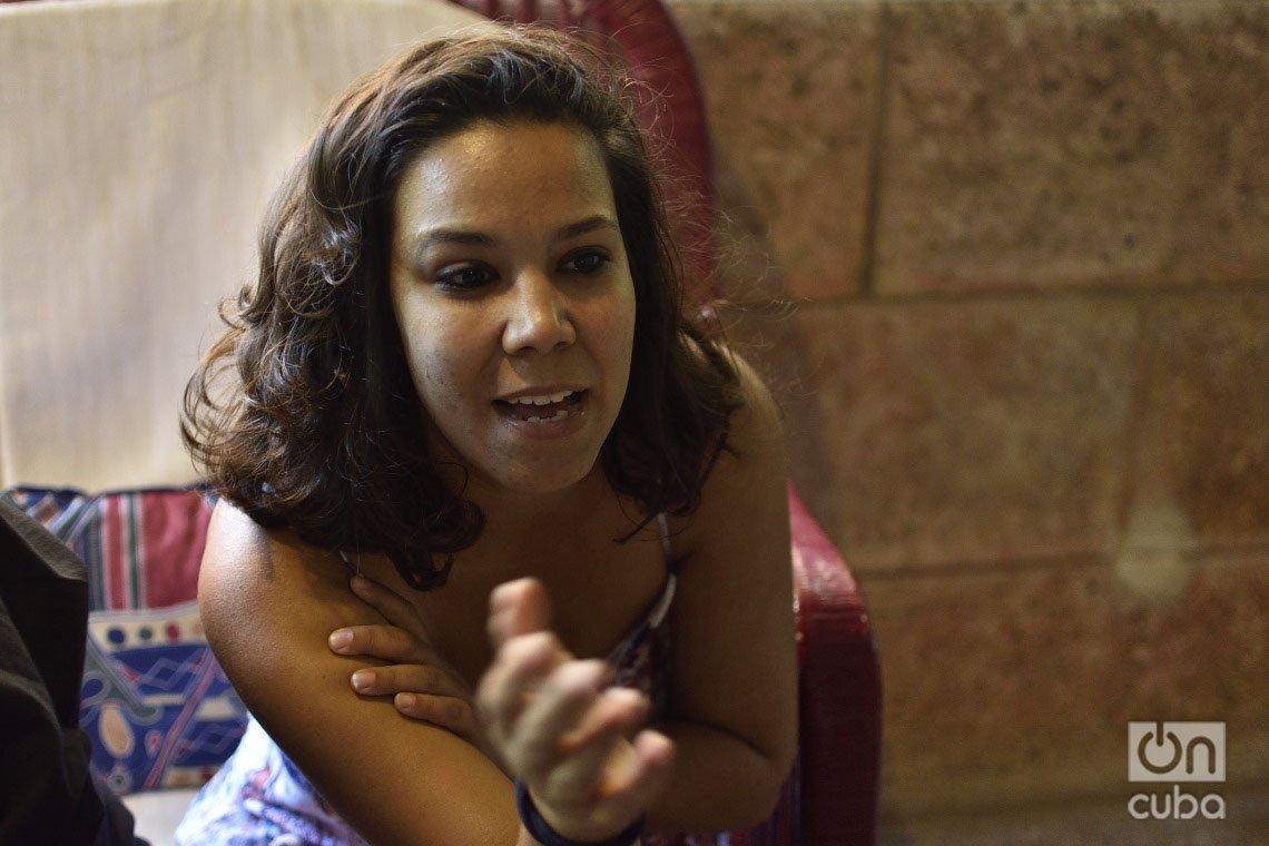 La activista por los derechos de los animales en Cuba Camila Cabrera, durante una entrevista con OnCuba. Foto: Otmaro Rodríguez.