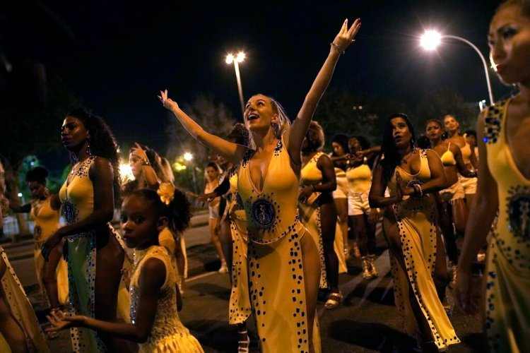 Jessica Hahn-Chaplin (centro) de Bristol, Inglaterra, baila durante un ensayo de la escuela de samba Paraíso de Tuiuti en Río de Janeiro, Brasil. Foto: Silvia Izquierdo/AP.
