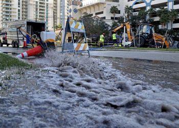 Fort Lauderdale ha sufrido roturas en su sistema de drenaje y contaminación de aguas de consumo humano. Foto: AP.