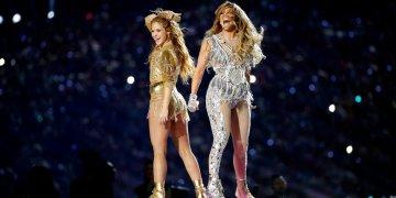Shakira, izquierda, y JLO durante su presentación en el espectáculo del medio tiempo en el Super Bowl, domingo 2 de febrero de 2020 en Miami Gardens, Florida. (Foto AP/Patrick Semansky).