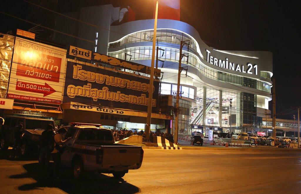 Varios vehículos bloquean las calles aledañas al centro comercial Terminal 21 Korat, en Nakhon Ratchasima, Tailandia, el domingo 9 de febrero de 2020. Foto: Sakchai Lalitkanjanakul / AP.