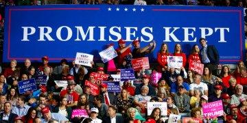 Simpatizantes del presidente Donald Trump durante un mitin del mandatario en el Allen County War Memorial Coliseum, en Indiana, el 5 de noviembre de 2018. Foto: Carolyn Kaster/AP.