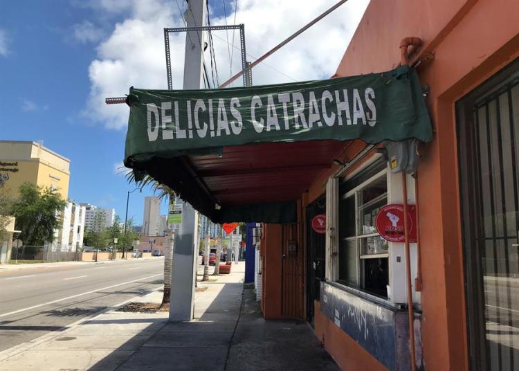 Una calle vacía en el barrio de la Pequeña Habana fue registrda este martes en Miami (Florida, EE.UU.), donde los residentes tienen, desde este miércoles, la orden de permanecer en sus casas para prevenir contagios del virus COVID-19. EFE/Ana Mengotti
