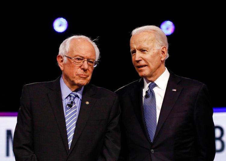 Los precandidatos demócratas a la presidencia, el senador de Vermont Bernie Sanders (izquierda) y el exvicepresidente Joe Biden, antes de un debate en Charleston el pasado 25 de febrero. Foto: Matt Rourke/AP.