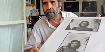 El fotógrafo José A. Figueroa, quien fuera ayudante de Korda, muestra fotos del Che Guevara, el 5 de marzo del 2020, en La Habana, Cuba. Foto: Ernesto Mastrascusa / EFE.
