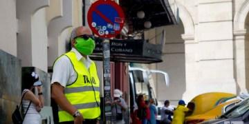 Un hombre con nasobuco en La Habana. Foto: Otmaro Rodríguez.
