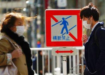 Peatones con mascarillas en una calle el jueves 5 de marzo de 2020 en Tokio, Japón. Foto: Eugene Hoshiko / AP.