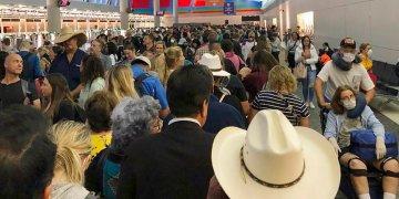 Viajeros esperan a pasar la aduana en el Aeropuerto Internacional de Dallas Fort Worth en Grapevine, Texas. Foto: Austin Boschen, via: AP.