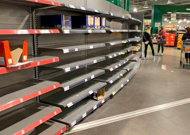 Estantes vacíos en un supermercado de Gelsenkirchen,  Alemania, el lunes 16 de marzo de 2020. Foto: Martin Meissner/AP.