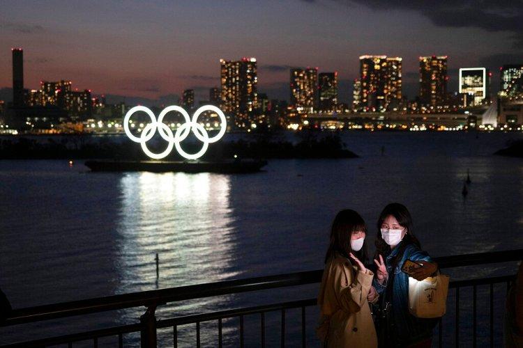 Dos mujeres se hacen una foto con los anillos olímpicos de fondo, en la zona de Odaiba, en Tokio, el jueves 12 de marzo de 2020. Foto: Jae C. Hong / AP / Archivo.