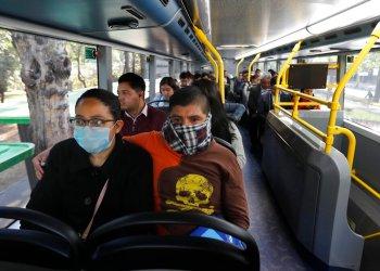 Pasajeros viajan en el metro-bus en la Ciudad de México, el lunes 23 de marzo de 2020, al tiempo que las autoridades de la ciudad anunciaron medidas para contener la propagación del nuevo coronavirus. Foto: Marco Ugarte / AP.