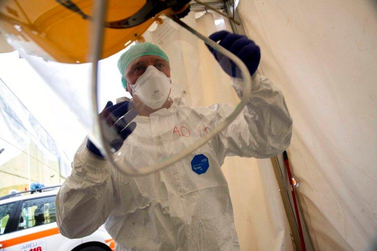 El enfermero Abramo Pozzaglio pone equipo protector en una de las estructuras de emergencia que fueron montados para facilitar los procesos de la llegada de pacientes de COVID-19 en el Hospital Civil Spedali, en Brescia, Italia, el viernes 27 de marzo de 2020. Foto: Luca Bruno / AP.