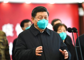 El presidente chino Xi Jinping habla por video con enfermos y trabajadores de la salud en el hospital Huoshenshan en Wuhan, provincia de Hubei, martes 10 de marzo de 2020. Foto: Xie Huanchi / Xinhua vía AP / Archivo.