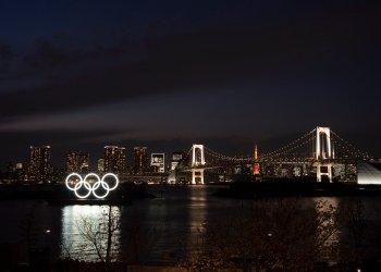 Los aros olímpicos flotan sobre el agua cerca del Puente Arcoíris en Odaiba, Tokio, el lunes 23 de marzo de 2020. (AP Foto/Jae C. Hong)