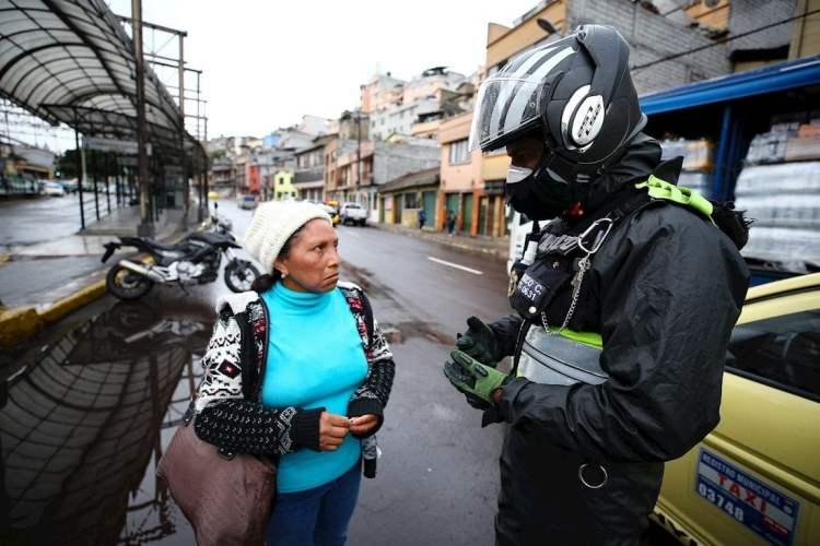 Policías realizan controles en las calles por el Covid-19, este martes, en Quito (Ecuador). Foto: EFE/ José Jácome.