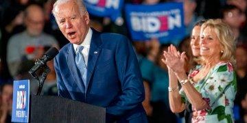 El ex vicepresidente estadounidense y precandidato a la Casa Blanca, Joe Biden, acompañado de su esposa Jiil Biden, en un mitin de campaña en Columbia, el sábado 29 de febrero de 2020. Foto: Tom Gralish/The Philadelphia Inquirer vía AP.