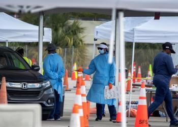 Un grupo de enfermeras y médicos realiza testes de pruebas de Coronavirus en un puesto volante en las instalaciones del Hard Rock café en Miami. | EFE/Cristobal Herrera