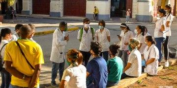 Médicos y estudiantes de medicina, que realizan pesquisas en La Habana para detectar posibles casos sospechosos de padecer la COVID-19. Foto: Otmaro Rodríguez.