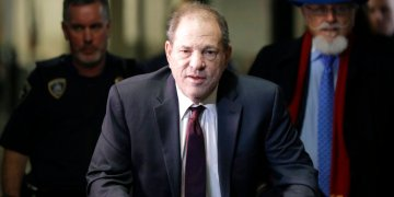 Harvey Weinstein llega a una corte en Manhattan durante su juicio por violación en Nueva York. Foto: Seth Wenig / AP / Archivo.