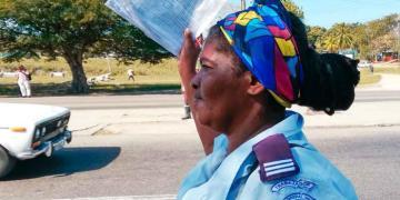 El Ministerio de Transporte cubano aclaró que solo los vehículos pertenecientes a entidades estatales tienen la obligación de detenerse en las paradas y recoger pasajeros. Foto: tribuna.cu