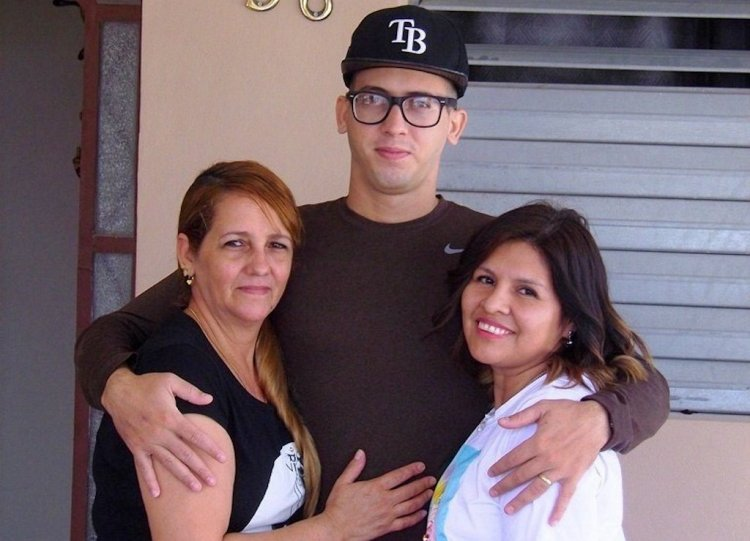 Jesús Álvarez, el primer cubano curado de la COVID-19, junto a su madre Irania López Aldama (izq) y su esposa, la boliviana radicada en Italia, Anel González Zurita. Foto: Freddy Pérez Cabrera/Granma