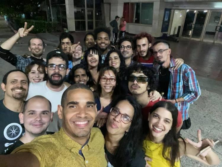 Luis Manuel Otero Alcántara (delante al centro) celebra con un selfie con sus amigos. Foto: Tomada de Facebook.