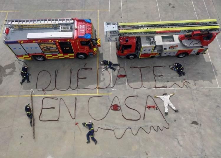 El cuerpo de bomberos de Aranjuez apoyando el autoaislamiento. Foto: EFE.