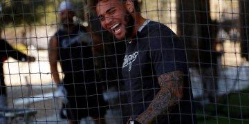 El tercera base de los Medias Blancas de Chicago Yoan Moncada bromea durante un entrenamiento de pretemporada el lunes 17 de febrero de 2020, en Phoenix. Foto: AP/Gregory Bull.