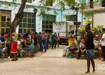 Cubanos hacen una cola en las afueras de un centro comercial en La Habana, en momentos en que el gobierno de la la Isla ha llamado a practicar el aislamiento social como medida para evitar el contagio de la COVID-19. Foto: Otmaro Rodríguez.