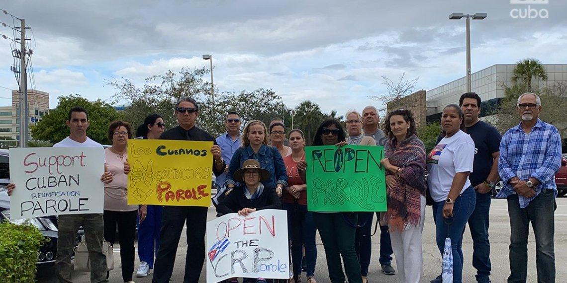 Cubanos frente a la oficina de Mario Díaz-Balart en reclamo a la reactivación del programa cubano de Parole. Foto: Marita Pérez Díaz.