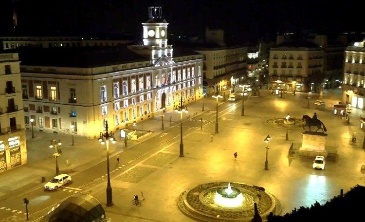 La Puerta del Sol en Madrid, en la noche del sábado 14 de marzo, vacía. Foto: skylinewebcams.com