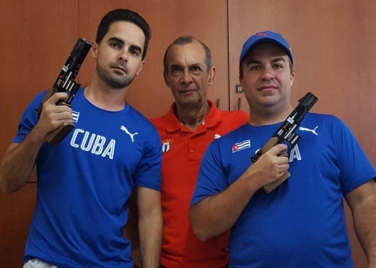 Jorge Félix (izquierda), el entrenador Meinardo Torres (centro) y Pupo en su hospedaje en Lima. Foto: Tomada de la Revista Alma Máter.