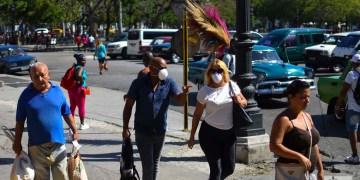 El presidente cubano Miguel Díaz-Canel alertó este lunes sobre el posible aumento de casos de la COVID-19 en Cuba en los próximos días y llamó a la población a ganar en percepción de riesgo.