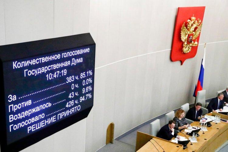 Legisladores rusos votan a favor de un proyecto de reforma constitucional en la cámara baja del Parlamento, el 11 de marzo de 2020. Foto: AP/Pavel Golovkin.