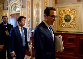 El secretario del Tesoro de EEUU, Steven Mnuchin, camino a un encuentro con el senador demócrata Chuck Schumer en el Capitolio en Washington, 23 de marzo del 2020.  Foto: AP Photo/Andrew Harnik.