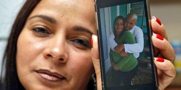 Yarelis Gutiérrez Barrios sostiene un celular con la fotografía de ella y su pareja Roylan Hernández Diaz, un solicitante de asilo en Estados Unidos que se suicidó en una celda de Luisiana. Foto: Chris O'Meara/AP.
