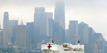 Fotografía de archivo del lunes 30 de marzo de 2020, del barco hospital USNS Comfort antes de atracar en la ciudad de Nueva York. Foto: Seth Wenig / AP / Archivo.