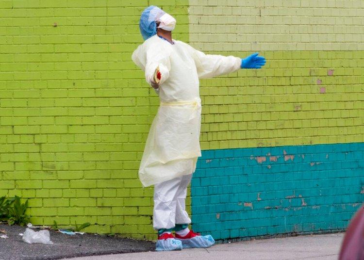 Un médico del equipo del Centro Hospitalario Elmhurst sale de la sala de emergencias a tomar aire, el sábado 4 de abril de 2020, en el bario de Queens, en Nueva York. Foto: Mary Altaffer/AP.