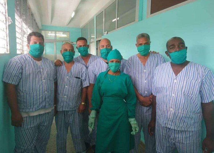 Varios de los trabajadores cubanos que participaron en la evacuación del crucero MS Braemar, que atracó el pasado 18 de marzo en el puerto del Mariel con cinco casos confirmados de la Covi-19, junto a una de las enfermeras que los atendió durante sus dos semanas de cuarentena. Foto: Cubadebate.