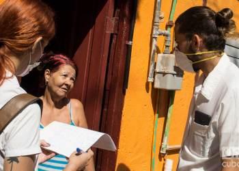 Estudiantes de medicina realizan pesquisas a personas en su casa. Foto: Otmaro Rodríguez