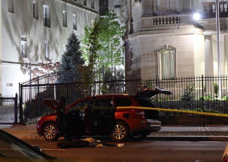 El vehículo relacionado con los hechos estacionado fuera de la sede diplomática. Foto: Antonia Noori Farzan/The Washington Post.