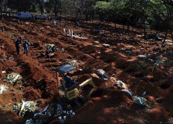 Vista desde un dron que muestra a trabajadores enterrando víctimas mortales de la Covid-19, en el cementerio de Vila Formosa, el más grande de América Latina, en Sao Paulo, Brasil, el 26 de mayo de 2020. Foto: Paulo Whitaker / EFE.