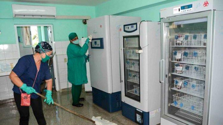 Trabajadores realizan limpieza y descontaminación de todas las áreas del Hospital Amalia Simoni, de Camagüey, de cara a la reapertura de sus servicios. Foto: acn.cu