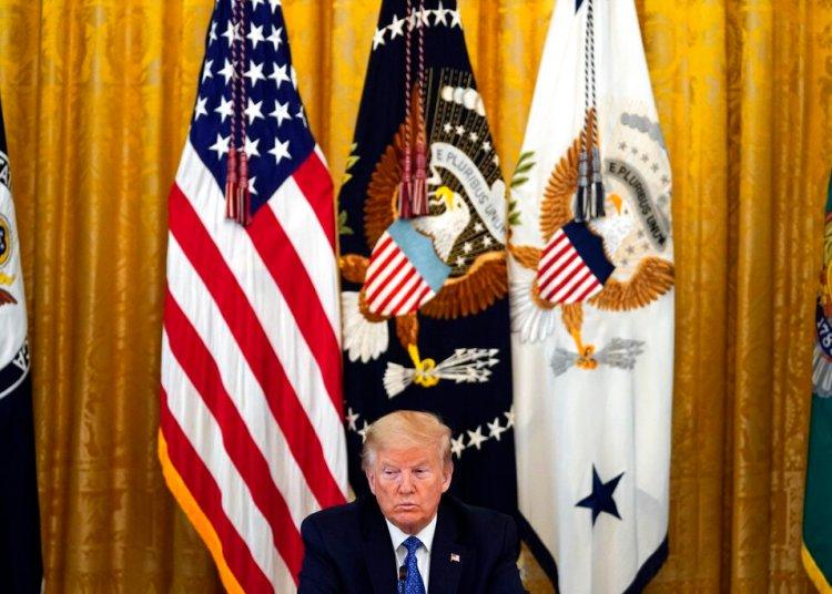 El presidente Donald Trump escucha durante una reunión de su gabinete en la Sala Este de la Casa Blanca el martes 19 de mayo de 2020.  Foto: Evan Vucci/AP.