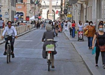 Personas en una calle en Italia, tras la eliminación de medidas restrictivas por la Covid-19. Foto: EFE.