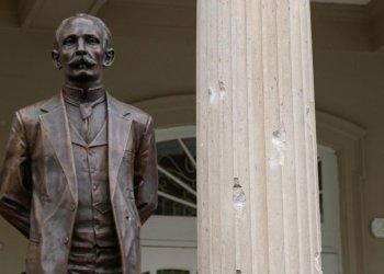 Impactos de bala en la fachada de la embajada de Cuba en Washington, y en la estátua de José Martí, disparados durante la noche del 30 de abril de 2020. Foto: EFE /(Archivo.