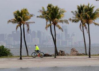 Vista de Miami cerca de Biscayne Bay el 15 de mayo de 2020. Foto: AP.